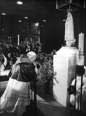 POPE PRAYS AT OUR LADY OF FATIMA SHRINE IN 1982