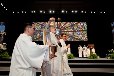Cardinal Sean P. OMalley sprinkles holy water during the opening Mass of the 2012 National Catholic Education Association Convention in Boston, April 11, 2012. Pilot photo/ Gregory L. Tracy