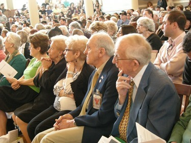 YomHaShoah_survivors in crowd 2
